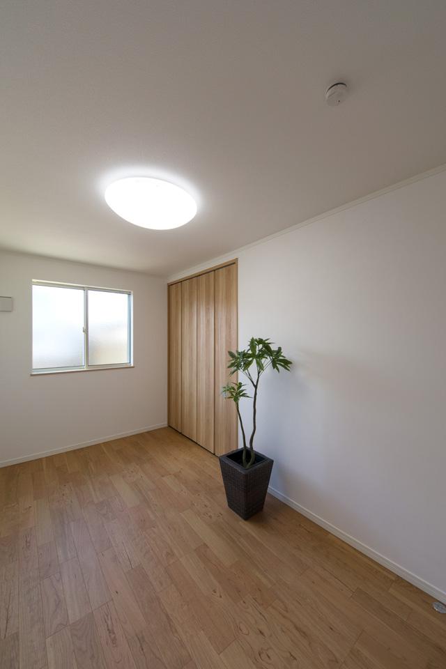 2F洋室。ブラックチェリーのフローリングがナチュラルな空間を演出します。