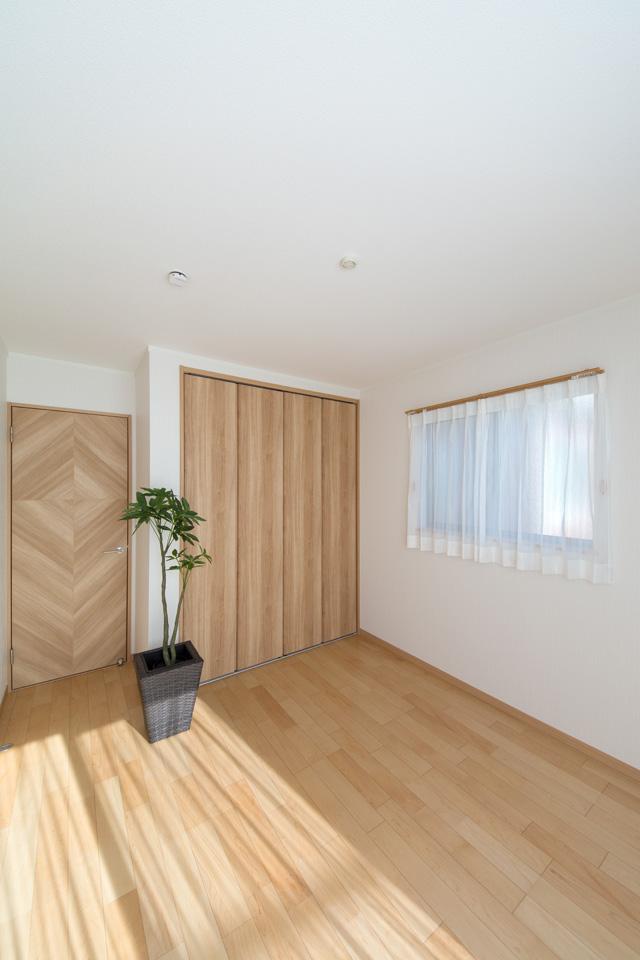 2F洋室。ハードメープルのフローリングが優しくナチュラルな空間を演出します。