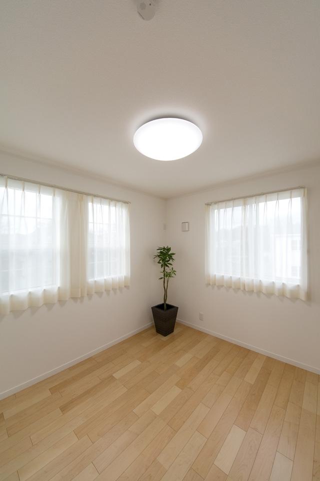 2F洋室。やわらかな木目が印象的なハードメープルのフローリング。ナチュラルでさわやかな空間を演出。