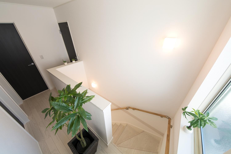 窓からの穏やかな光が降り注ぐ開放感のある階段ホール