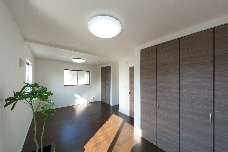 2F洋室。ブラックウォルナットのフローリングが、落ち着いた空間を演出します。将来の子供部屋分割を考慮に入れた設計です。