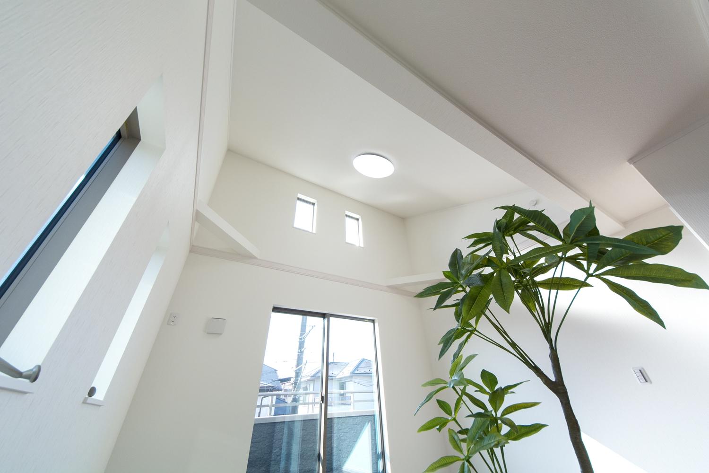 2F洋室。屋根の形に合わせて傾斜を持たせた勾配天井を設えました。高窓からの自然光が明るく開放的です。