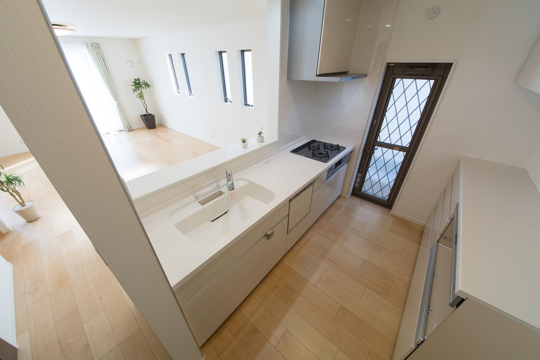 キッチン扉は、光沢のあるホワイト系木目柄で、ナチュラルな印象です。
