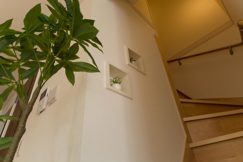 階段に、オシャレで可愛らしいキューブ型のニッチ(飾り棚)を造作しました。