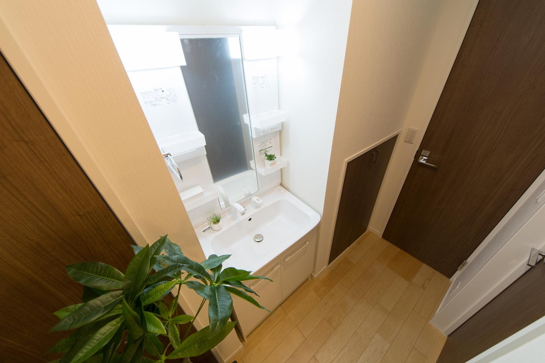 あわただしい朝でも2台目の洗面台を活用することで、家族と被らず身支度がスムーズ!2Fにも洗面化粧台を設えました。