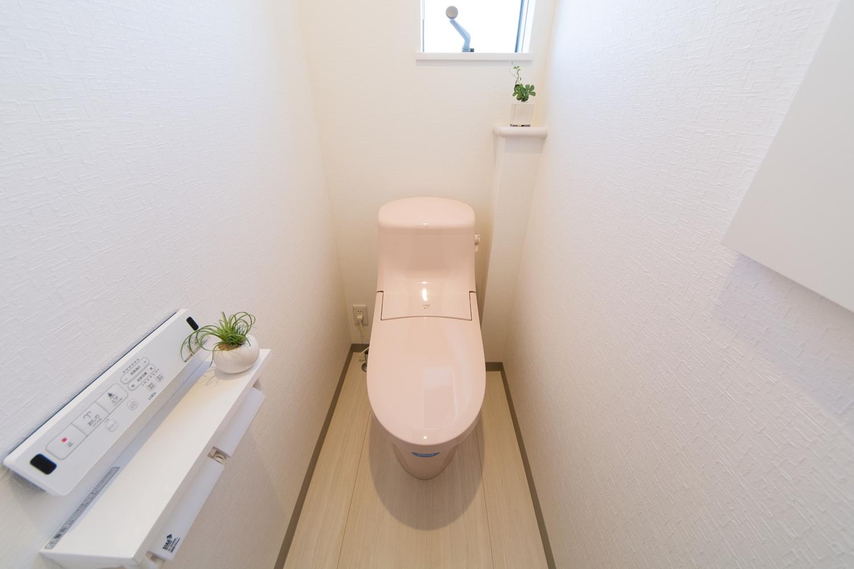 白を基調とした空間に、ピンク色の可愛い2Fトイレ。