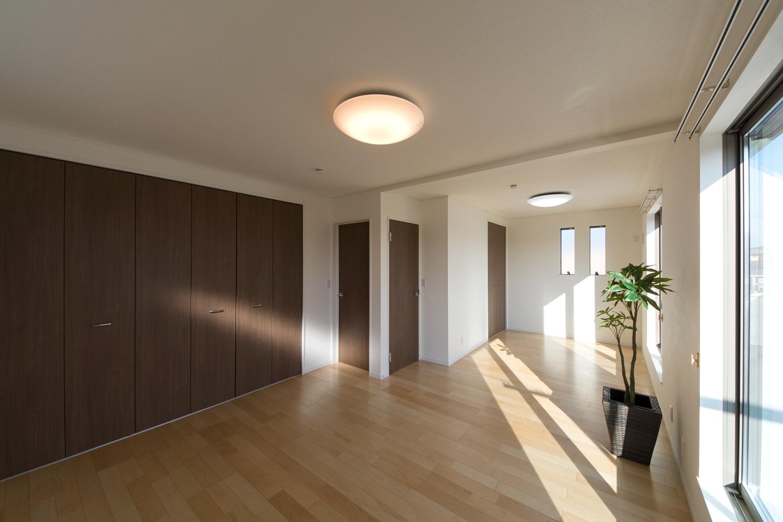 2F洋室。白を基調としたナチュラルで落ち着いた雰囲気のお部屋。将来の子供部屋分割を考慮に入れた設計です。