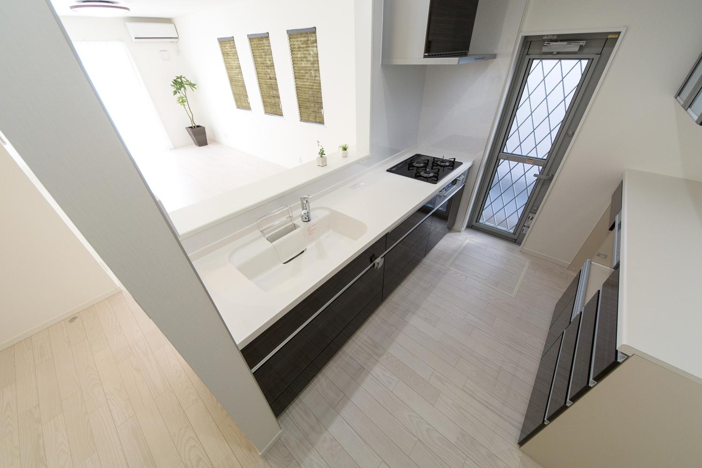 キッチンは、ホワイト&チャコールゼブラの色柄扉の組合せで、モダンな仕上がりとなりました。
