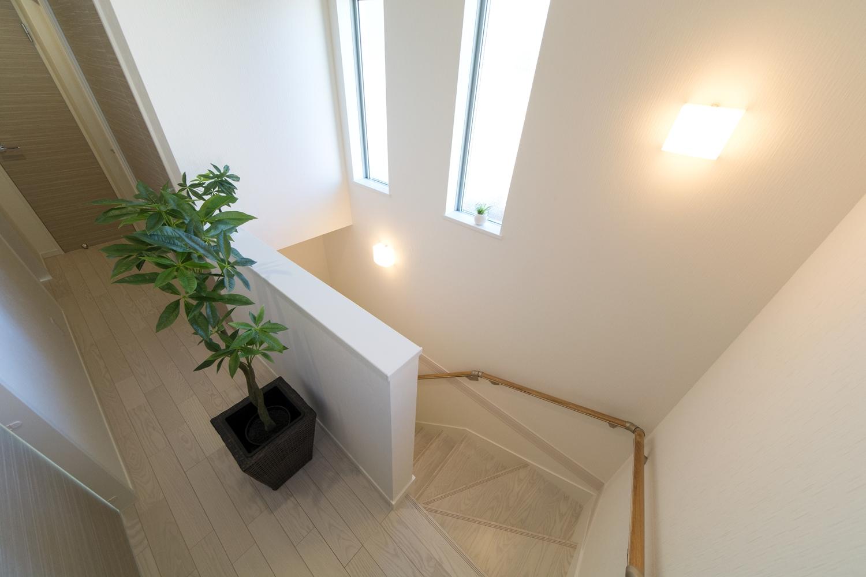 2連縦すべり出し窓を設置し、通風も採光も良く開放感ある階段ホールに。