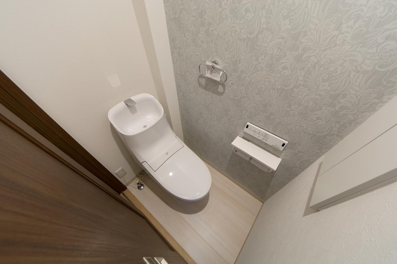 白を基調とした清潔感のある2階トイレ。エレガントなデザインクロスがお洒落です。
