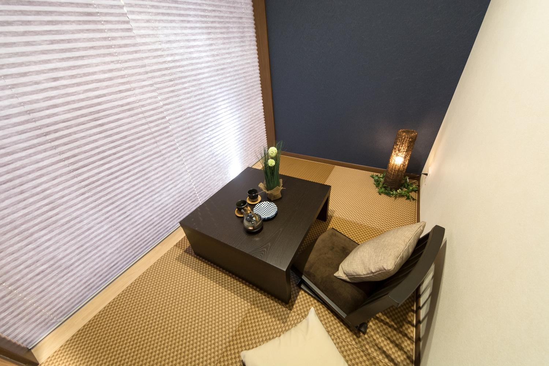 和調のブラインドを下げると、まったり個室空間を満喫できます。