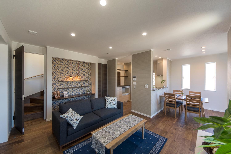 深い色合いの木目が風格ある表情を生む、ブラックウォルナットのフローリングにリゾートチックな配色の室内空間。