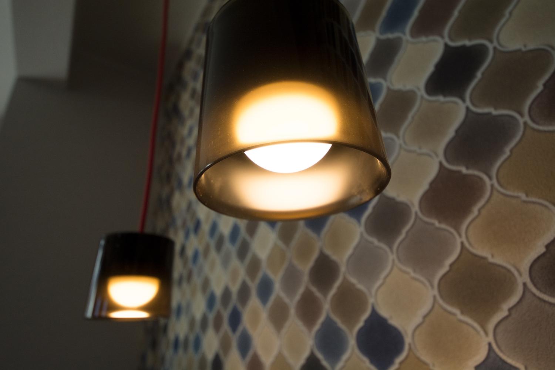 ガラスペンダントライトの柔らかな光が、空間にあたたかみをプラスさせます。