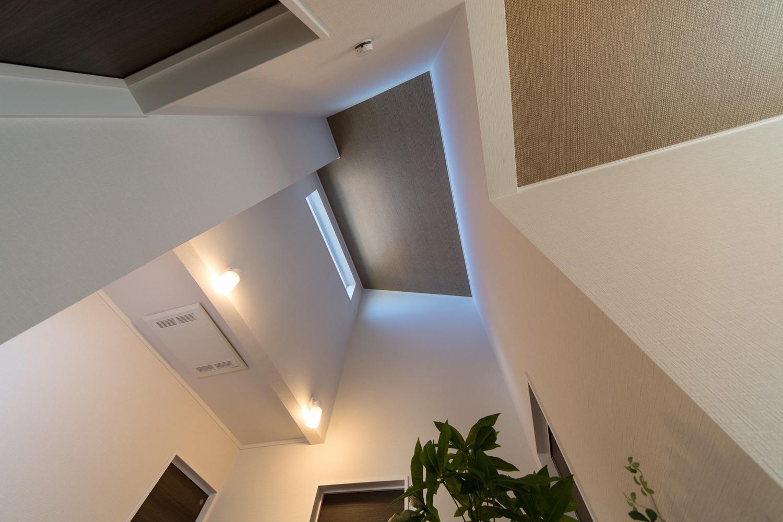 2ホール。屋根の形に合わせて傾斜を持たせた勾配天井を設えました。空間が広がり開放的です。