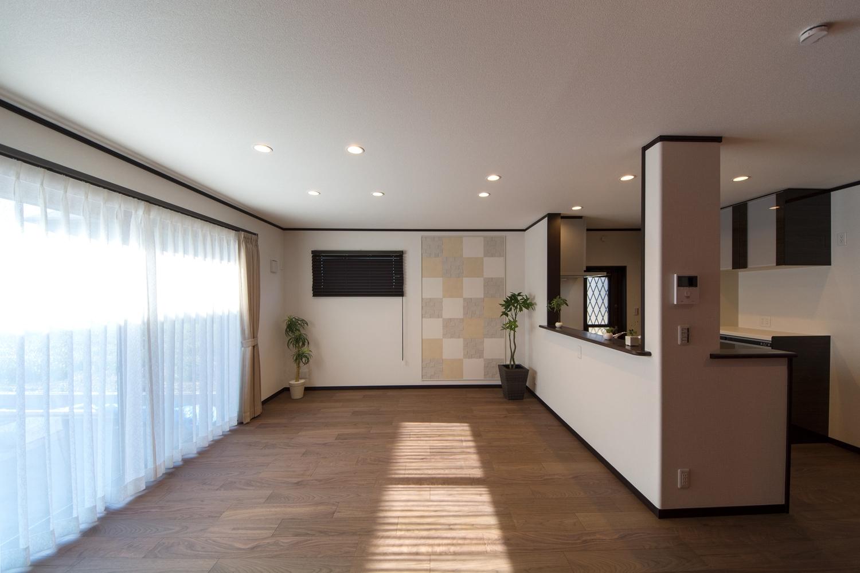 フローリングは最高級の家具や内装材として長い歴史を持つウォールナット。伝統を感じさせる重厚感があります。