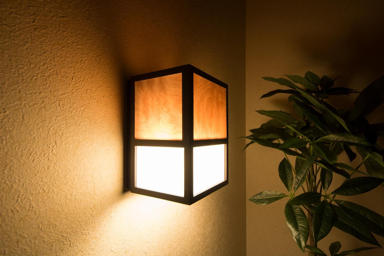 和風ブラケットライトの光が癒しの空間へと誘います。