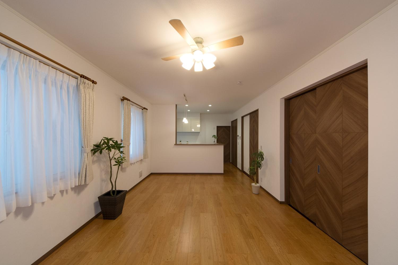温かみのあるナチュラルな配色の室内空間。交差する木目の引戸がハイセンスで印象的です。