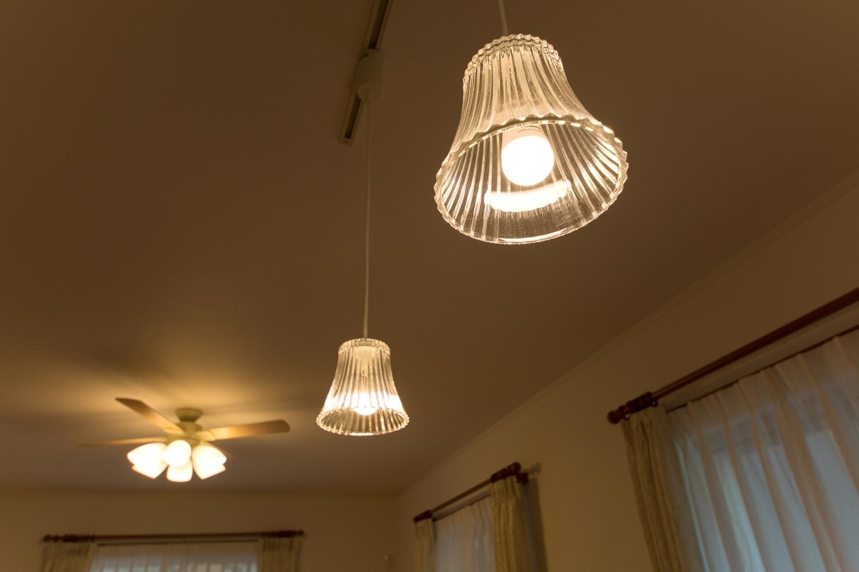 お洒落なペンダントライトとシーリングファンの柔らかな光が、空間にあたたかみをプラス。