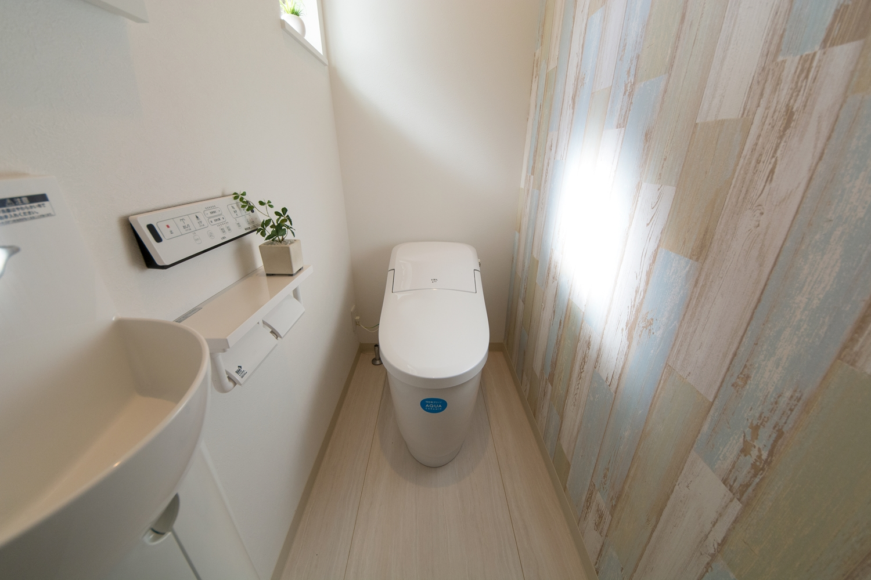 シャビーシックな木目調アクセントクロスが素敵な1Fトイレ。