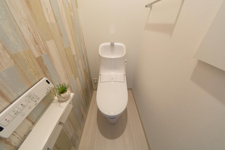 シャビーシックな木目調アクセントクロスが素敵な2Fトイレ。