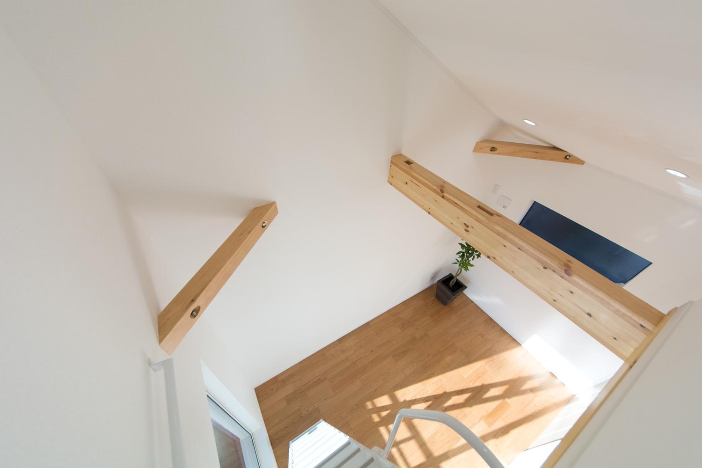 化粧梁が天井のアクセントとして、空間全体をナチュラルな雰囲気に。