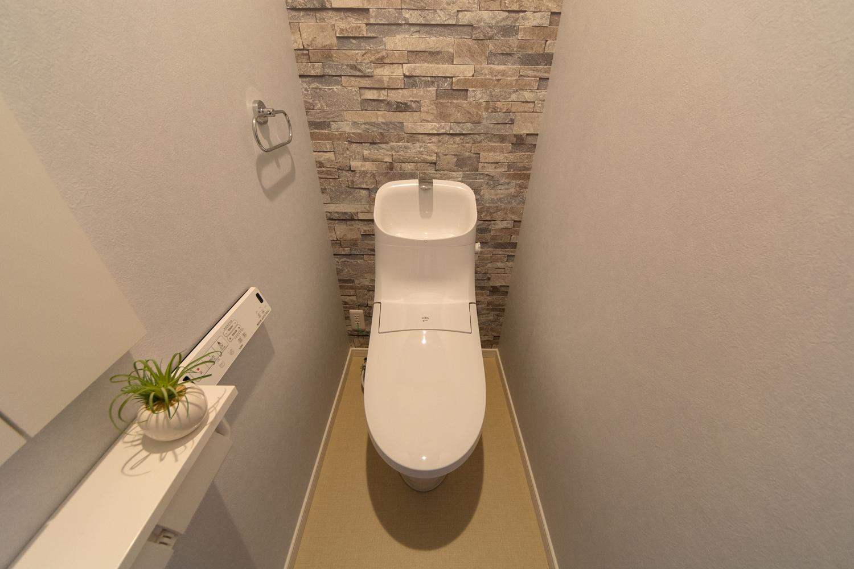 石積み柄のアクセントクロスが、ナチュラルな空間を演出する2階トイレ。