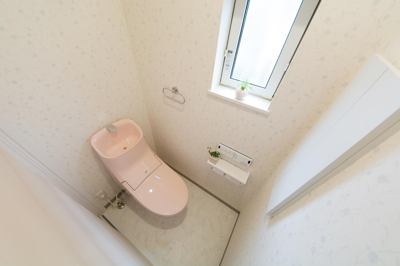 ピンク色が可愛い2Fトイレ。淡いブルーの花柄クロスは抗菌効果があり、汚れに強く清潔で快適な空間。