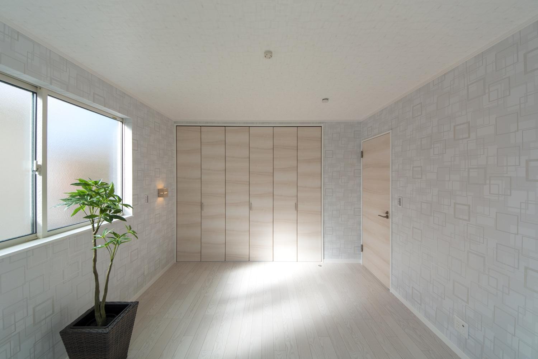ライトグレーのデザインクロスがスタイリッシュな空間を演出。