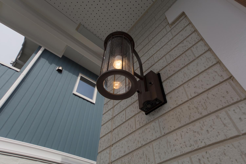 ガラスシェードのポーチライトがやさしくエントランスを照らします。