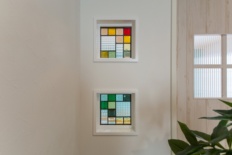ステンドグラス/煌めく多彩な光が空間を彩ります。