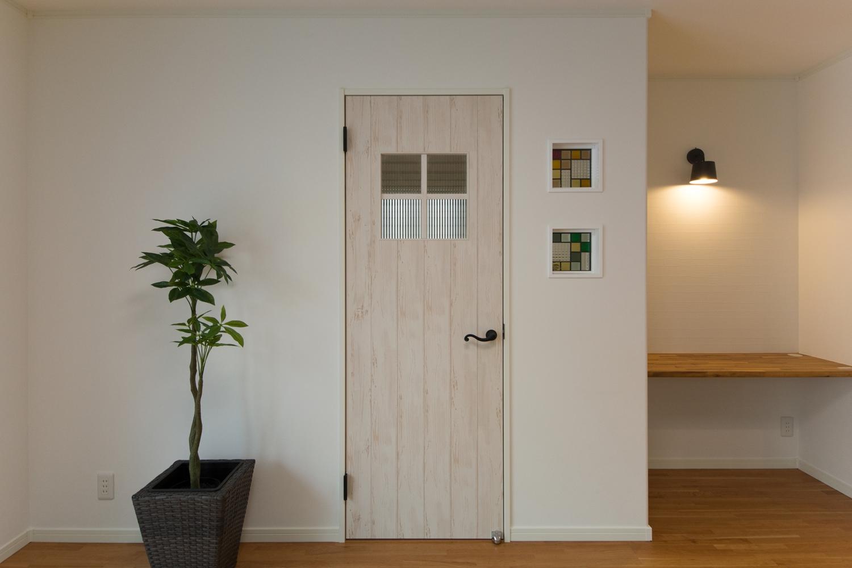 素朴な風合いのドアがナチュラルな雰囲気を演出。