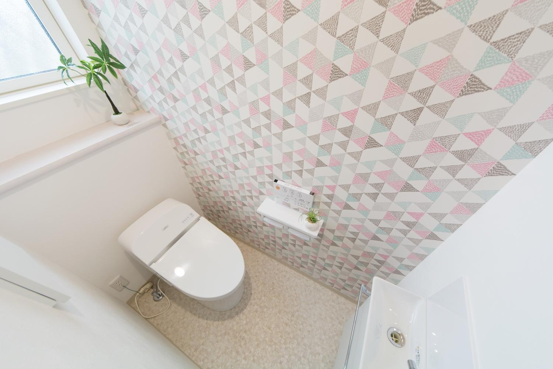 1階トイレ/北欧風テキスタイルのアクセントクロスが空間を彩ります。