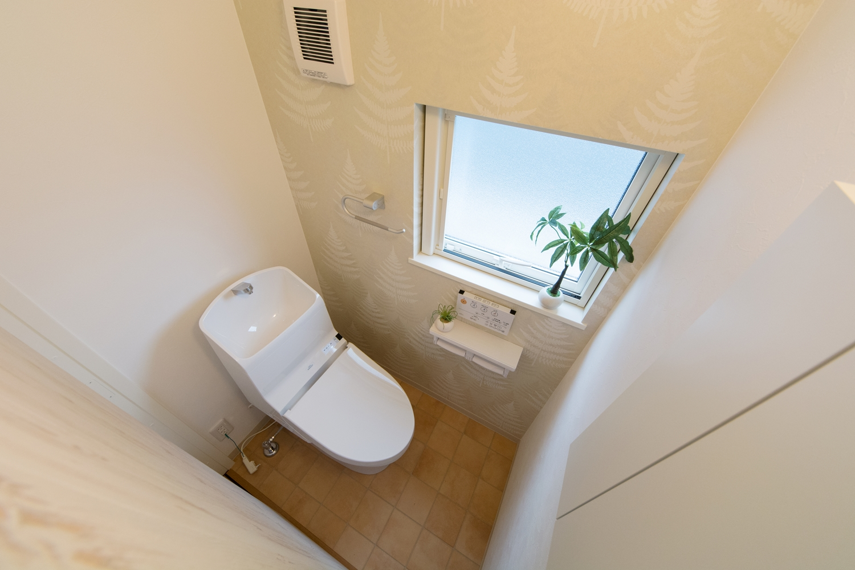 アクセントクロスがナチュラルな印象を与える2階トイレ。
