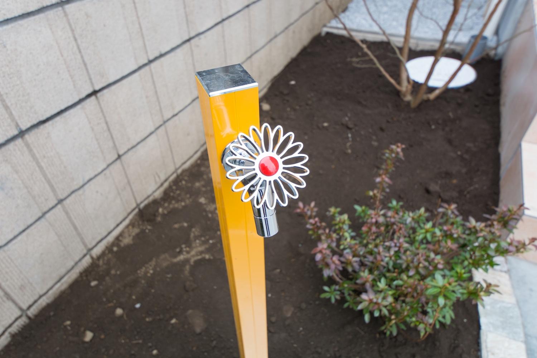 お庭の立水栓は、フラワー形のハンドルでとてもキュートです。
