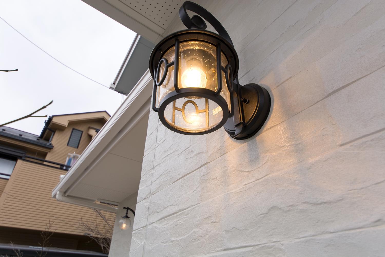 アンティーク調のガラス製ポーチライトの光が温かみをプラスします。