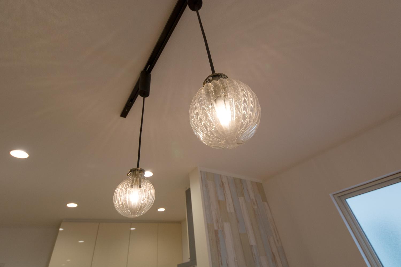 ダイニングテーブルを暖かい光で包むお洒落なガラス製ペンダントライト。