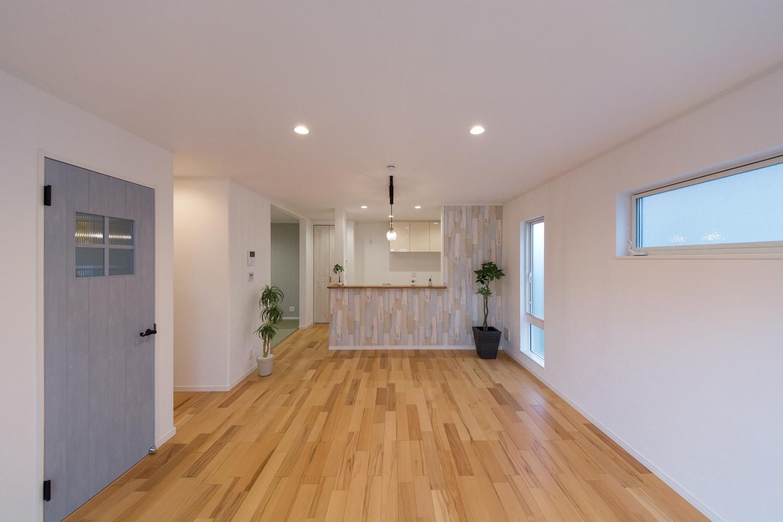 シャビー感のある木目調クロスやリビングドアがアクセントになってオシャレな空間を演出します。