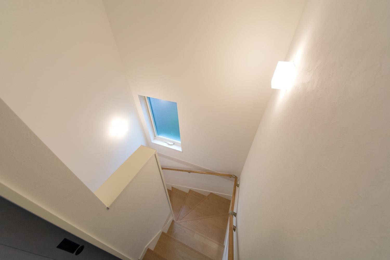 窓の自然光が入る、明るく開放感のある階段。
