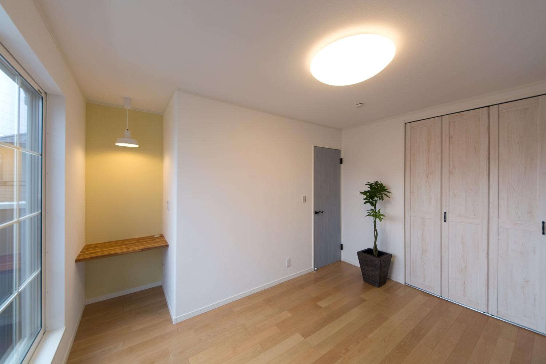お部屋の一角にカウンタースペースを設置しました。専用のペンダントライトとイエローのアクセントクロスがオシャレな空間を演出。