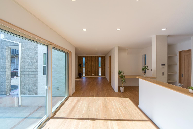 大きな窓から自然光が入る明るく開放的な空間。