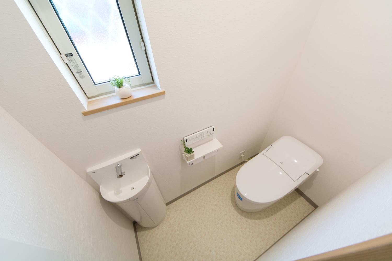 白を基調とした清潔感のある1Fトイレ。