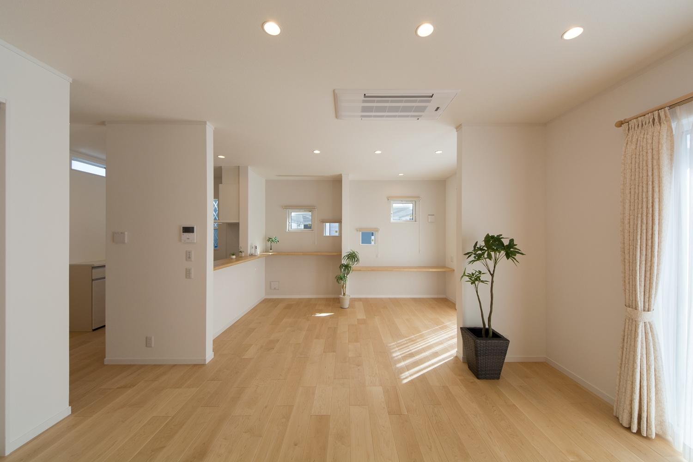 ハードメープルのフローリングがナチュラルでさわやかな空間を演出。天井はハイスタッド仕様で高く広々とした空間に。