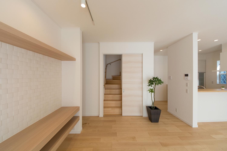 家族の帰宅が分かるリビング階段を採用。階段入口には扉を設置し、冷暖房効率が更にUP。