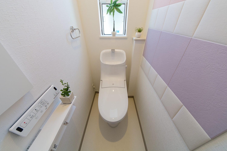 2階トイレ。ふっくらした形状とパステルカラーを組み合わせた可愛らしいデザインのエコカラットを設えました。