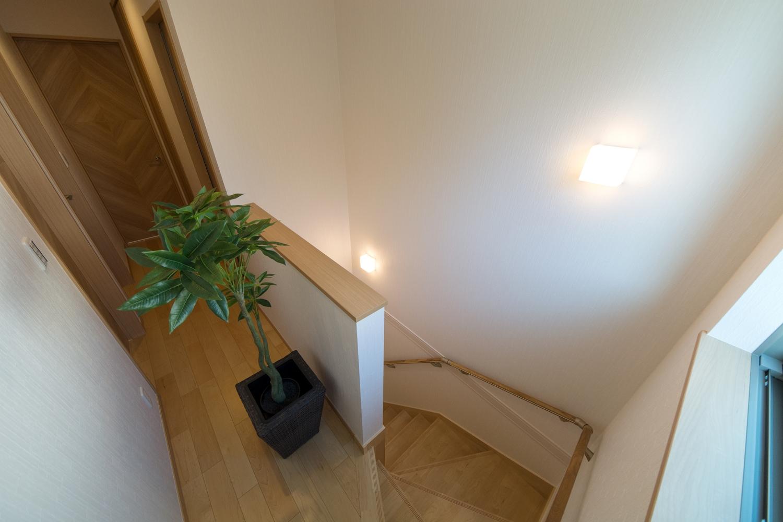 ナチュラルな雰囲気の階段&2Fホール