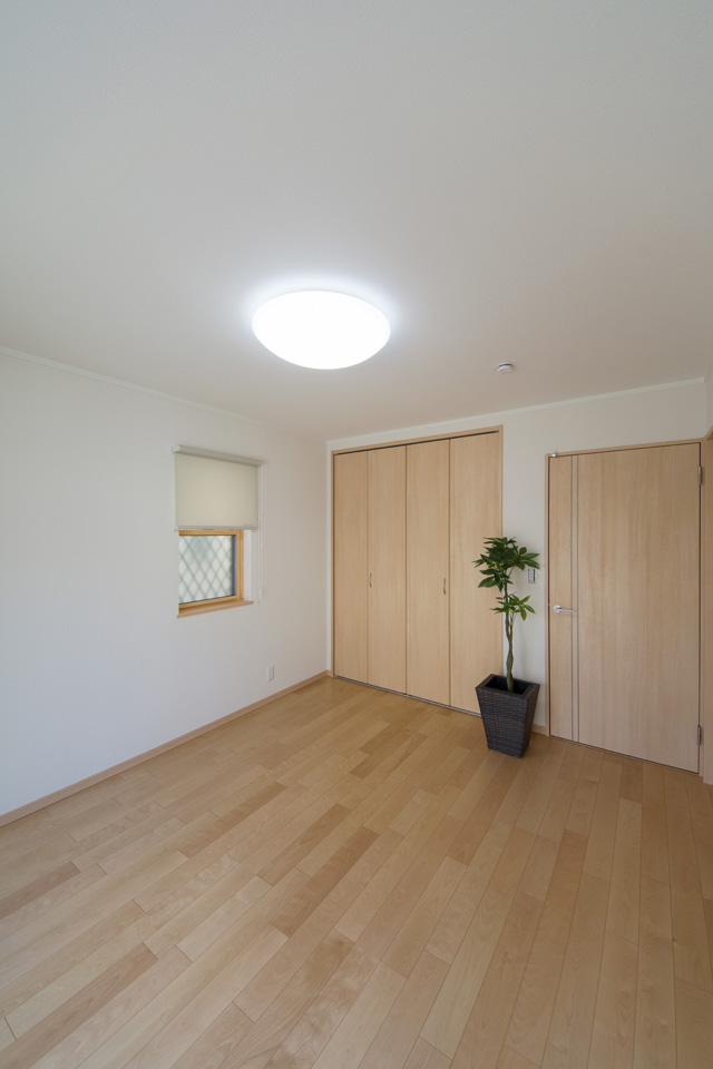 1F洋室。バーチのおだやかな木目のフローリングがやさしくナチュラルな空間を演出。