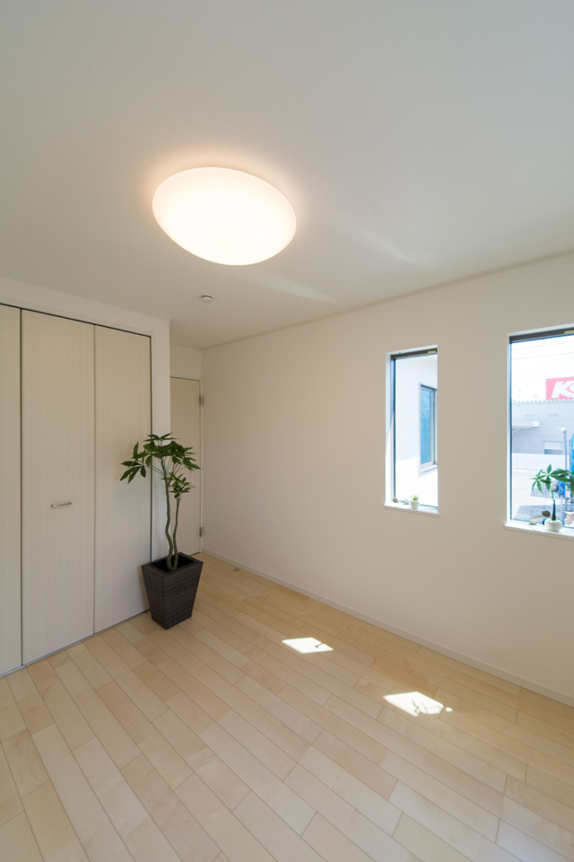 2F洋室。絹のきらめきと繊細な木肌のシカモアのフローリングが、穏やかで心地のよい空間を演出。