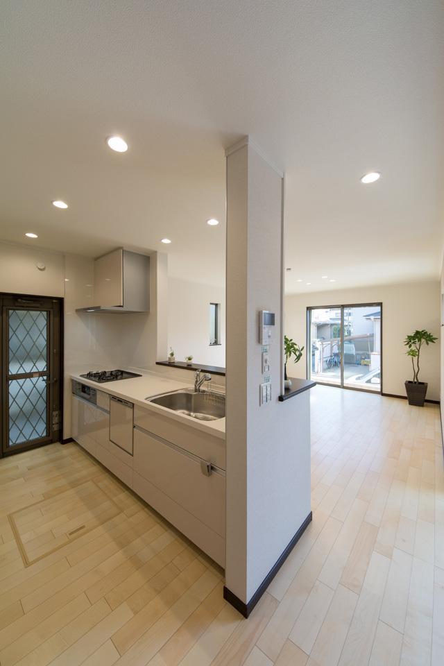 ベージュのキッチン扉が、ナチュラルな雰囲気をプラス。