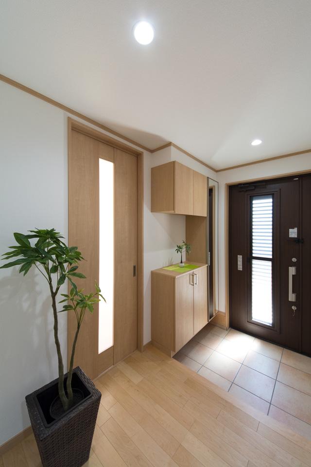 自然光の光が明るく、ナチュラルな雰囲気の玄関ホール。