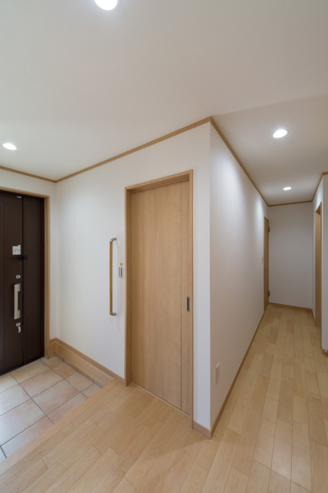 玄関横に客間を設えました。リビングでなく客間でもてなすことができ、急な来客でもあわてません。